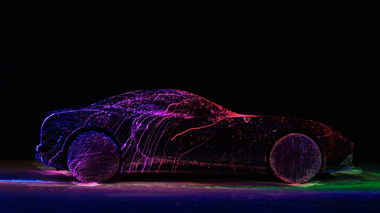De la peinture fluo sur une Ferrari California T dans une soufflerie