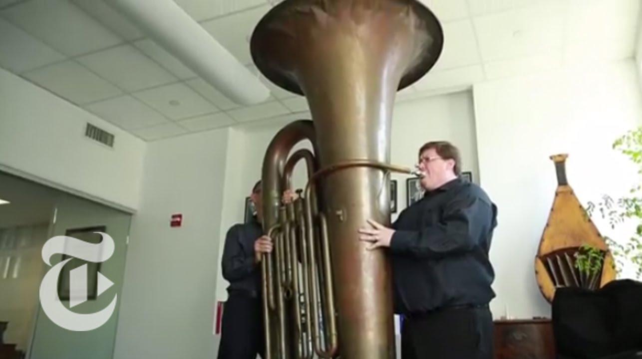 Jouer un tuba géant
