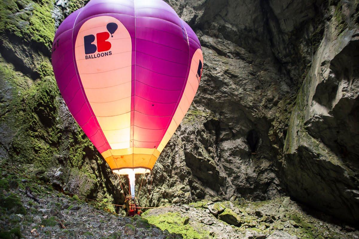 Une montgolfière qui vole sous terre