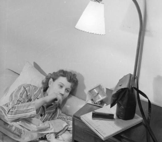 Mrs Olive Day  se lève à 7h, sur sa table de nuit se trouve un masque à gaz, une lampe torche, et un livre en cas qu'il lui faille se réfugier dans un abri antiaérien pendant la nuit.