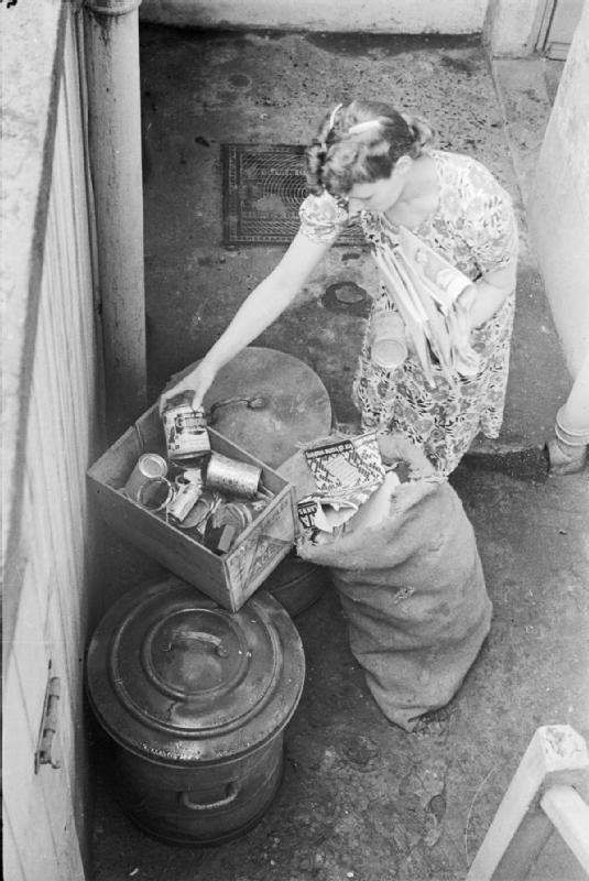 Mrs Olive Day trie ses déchets.