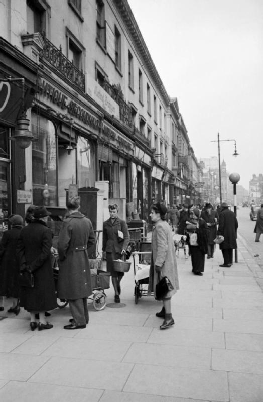 Mrs Olive Day fait ses courses hebdomadaires, elle passe devant un magasin d'ameublement.