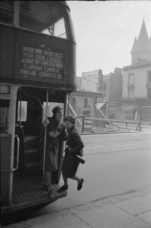 Mrs Olive Day monte dans le bus qui l'amène au travail.