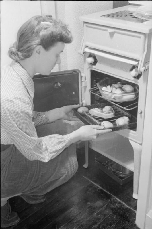 Mrs Olive Day prépare son dîner.