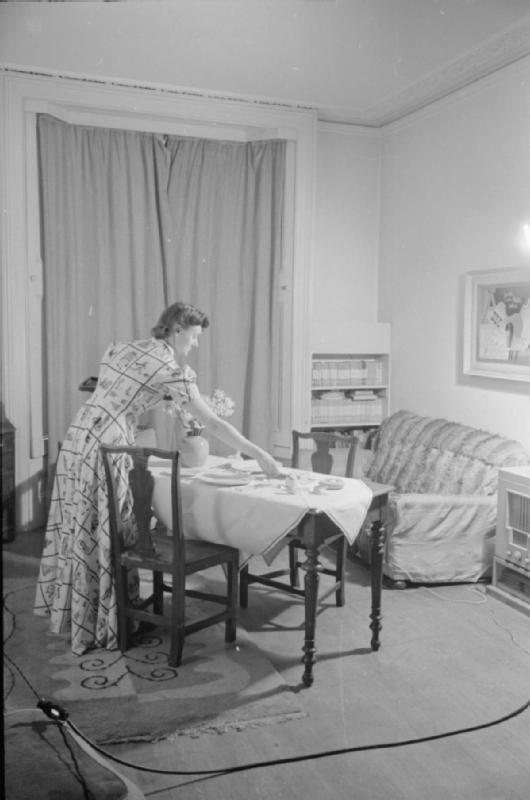 Mrs Olive Day met la table pour deux, son mari doit rentrer ce soir là en permission.