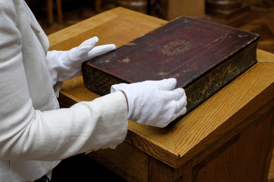 bibliotheque miniature portable 02 Une bibliothèque miniature portative du XVIIème