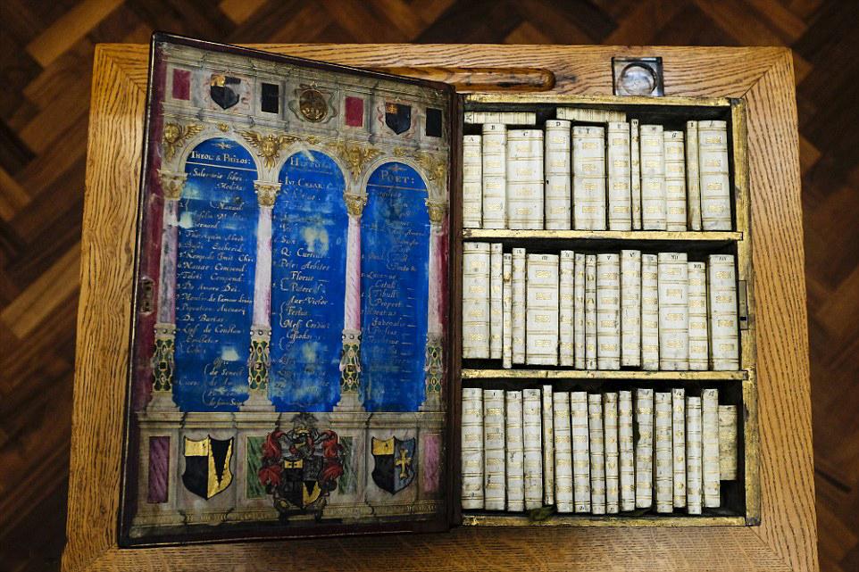 bibliotheque miniature portable 03 Une bibliothèque miniature portative du XVIIème