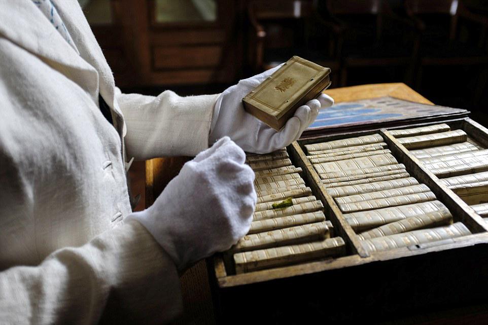 bibliotheque miniature portable 05 Une bibliothèque miniature portative du XVIIème