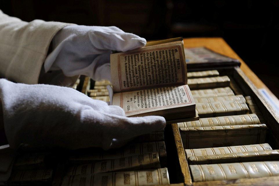bibliotheque miniature portable 06 Une bibliothèque miniature portative du XVIIème