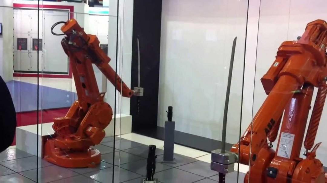 Combat de bras robotiques avec des katanas