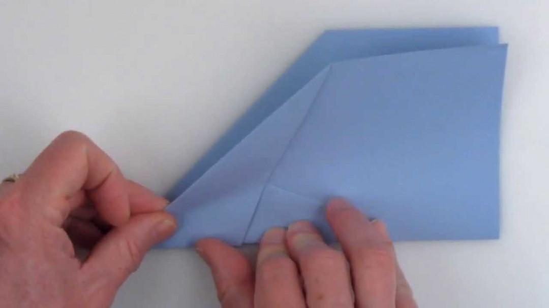 comment plier un avion en papier qui bat des records. Black Bedroom Furniture Sets. Home Design Ideas