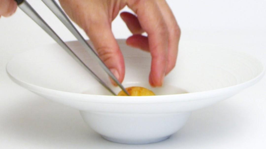Le chef d'un restaurant japonais remplit des assiettes