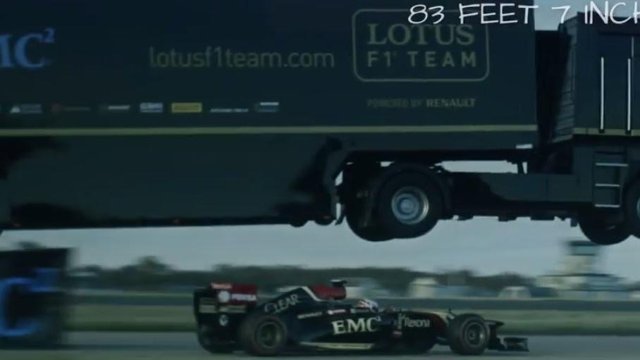Un camion qui saute par dessus une Formule 1
