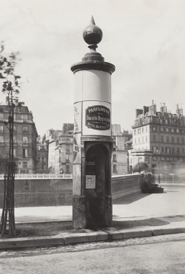 04-Charles_Marville,_Urinoir_à_1_stalle_maconnerie,_Cie_Drouart_Boulevarts_Intérieurs,_ca._1865
