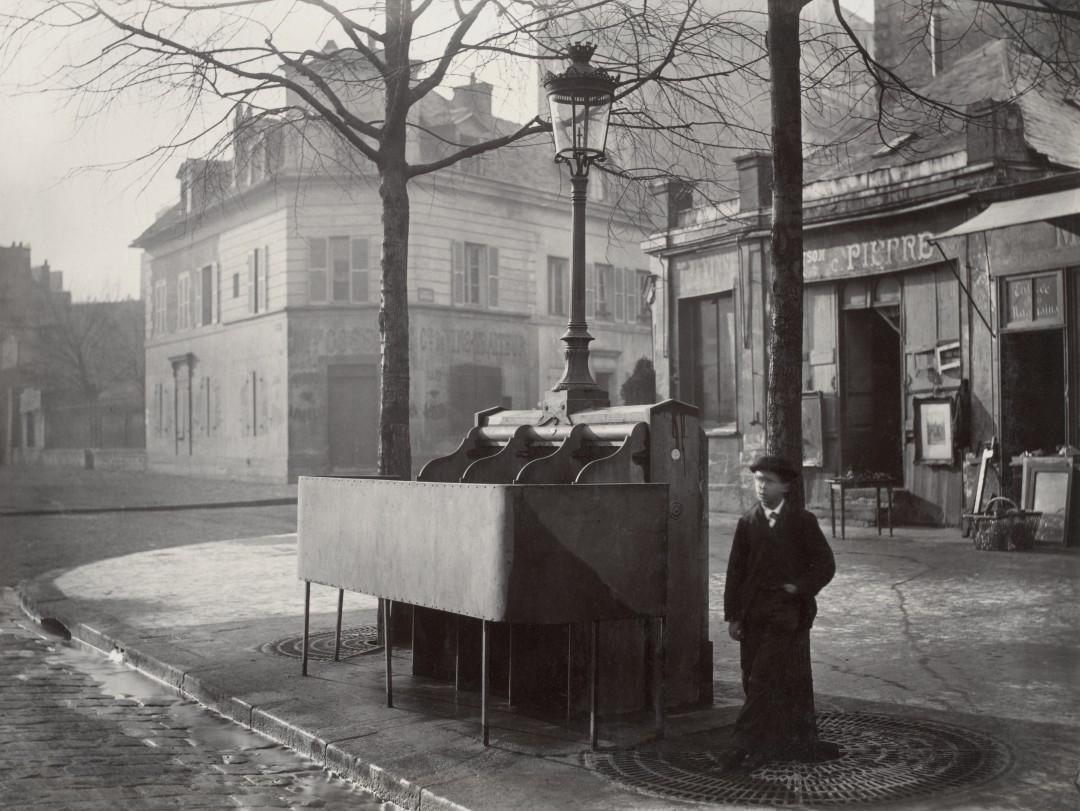 05-Charles_Marville,_Urinoir_en_ardoise_à_3_stalles,_Chaussée_du_Maine,_ca._1865