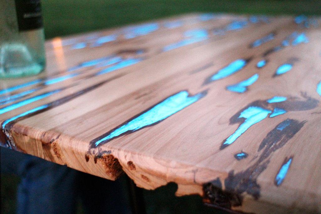 Une table aux défauts fluorescents