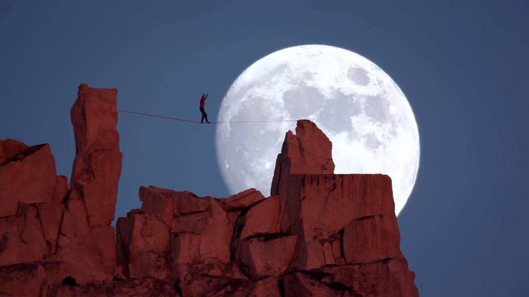 Un funambule au clair de lune