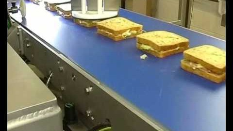 Un robot qui coupe des sandwichs