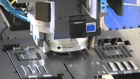 Une machine à emboutir du métal