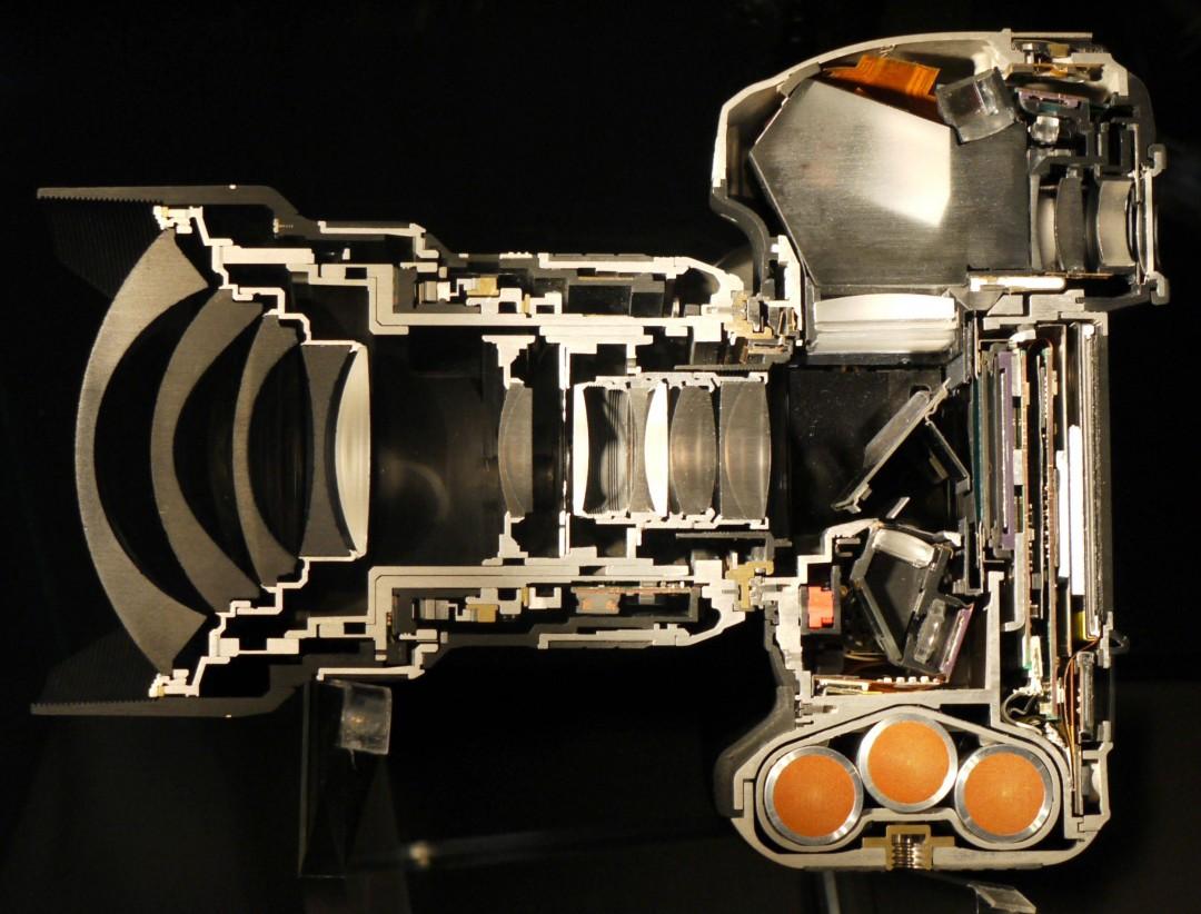 Un appareil photo Nikon D4 avec un 14-24mm