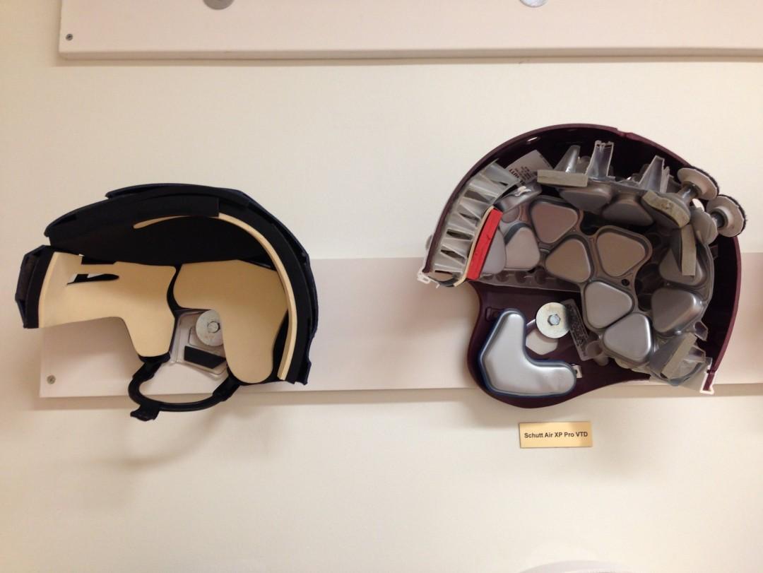 Un casque de Hockey  (G) et de football américain (D)
