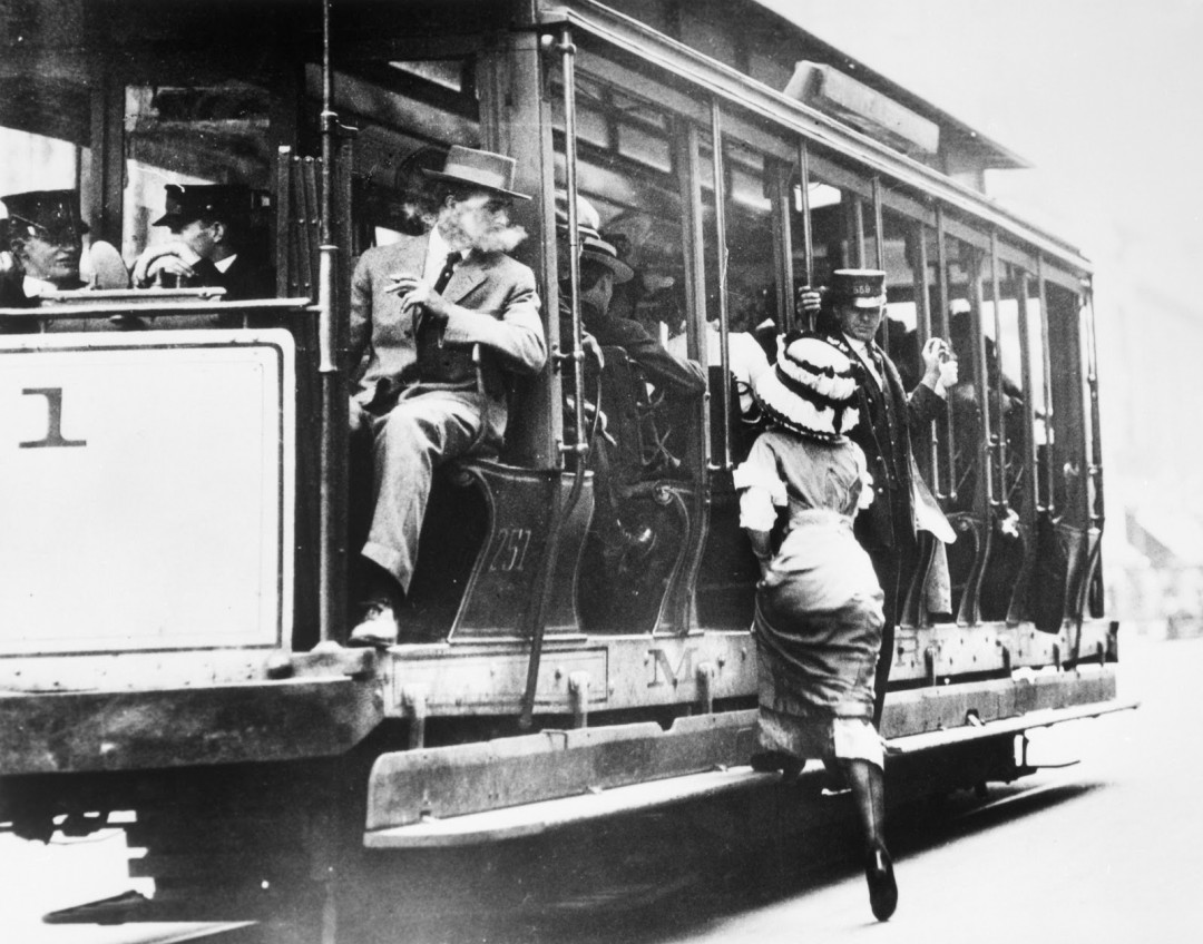 femme-monte-tramway