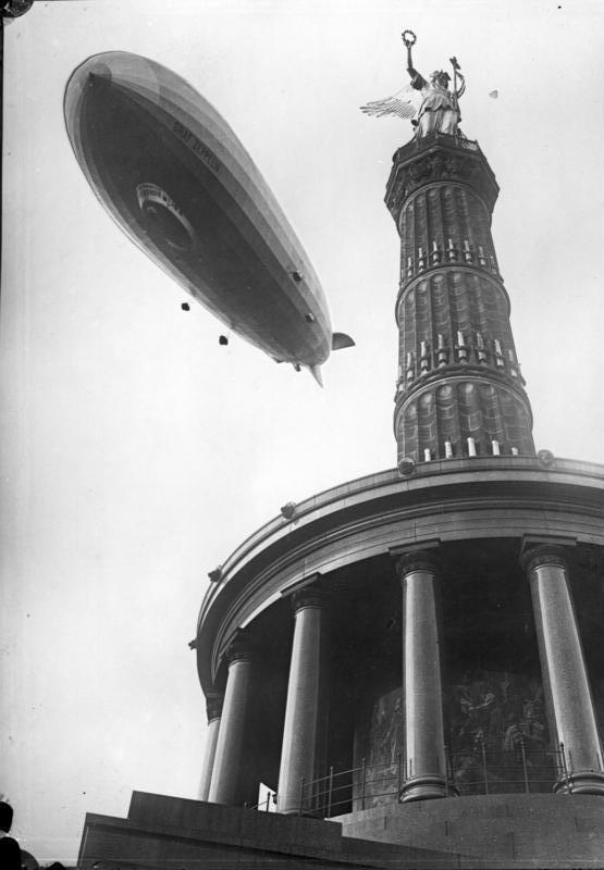 Le Graf Zeppelin survole la Siegessäule en 1928.
