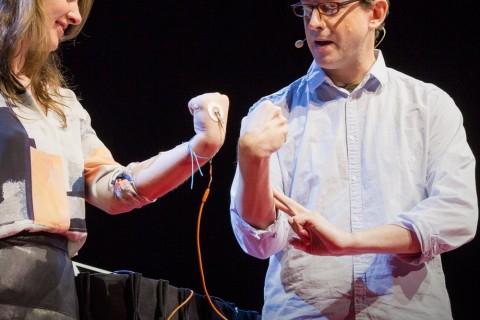 Comment contrôler le bras de quelqu'un d'autre avec son cerveau
