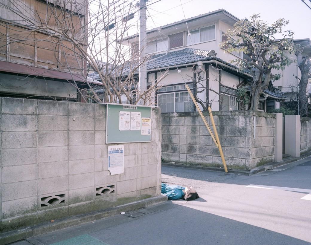 japon-allonge-assis-terre-01