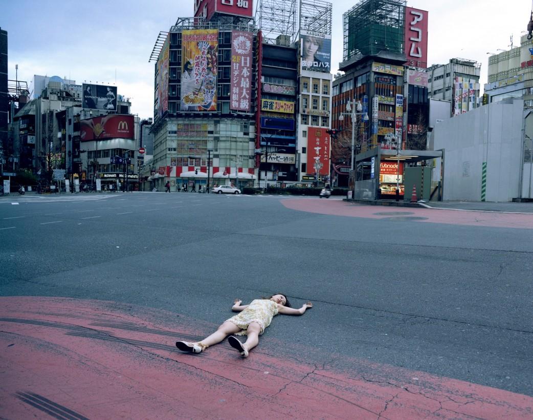 japon-allonge-assis-terre-04