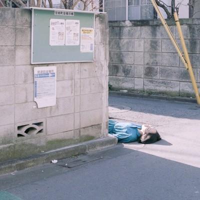 japon-allonge-assis-terre-fea