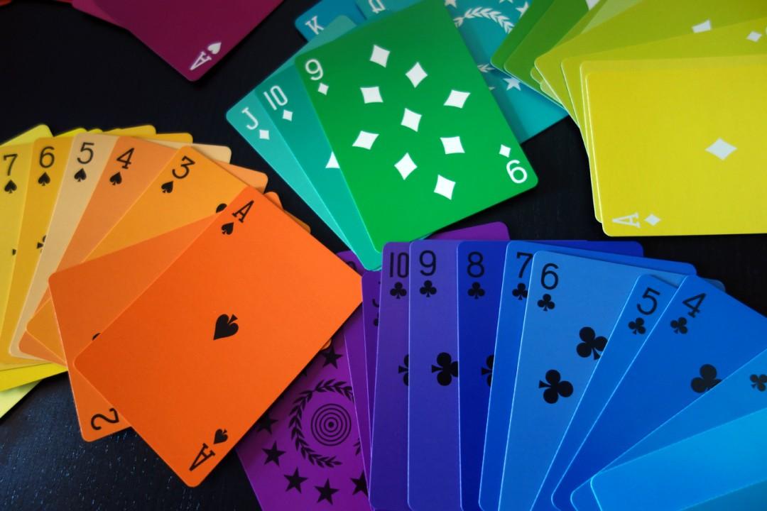Favorit Un jeu de carte à jouer minimaliste avec un spectre de couleurs XU54
