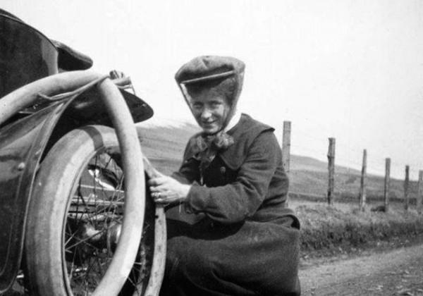 femme-change-roue-voiture