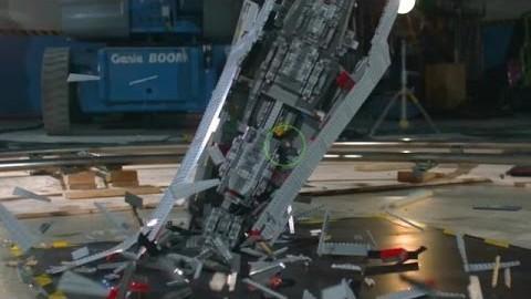 La destruction d'un Super Star Destroyer en Lego au ralenti