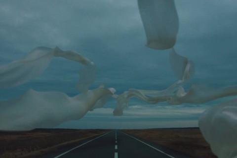 Les glitchs d'un danseur dans un clip surréaliste