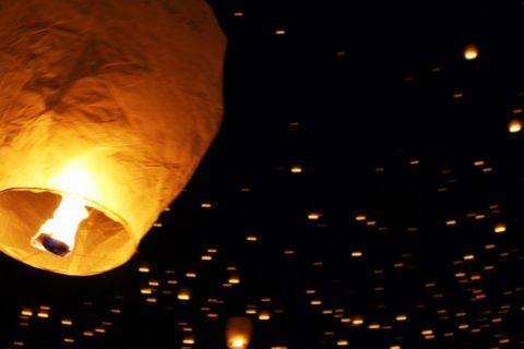 Un festival d'envol de lanternes