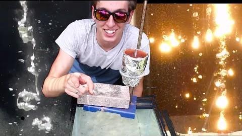 7 métaux fondus différents versés dans un aquarium
