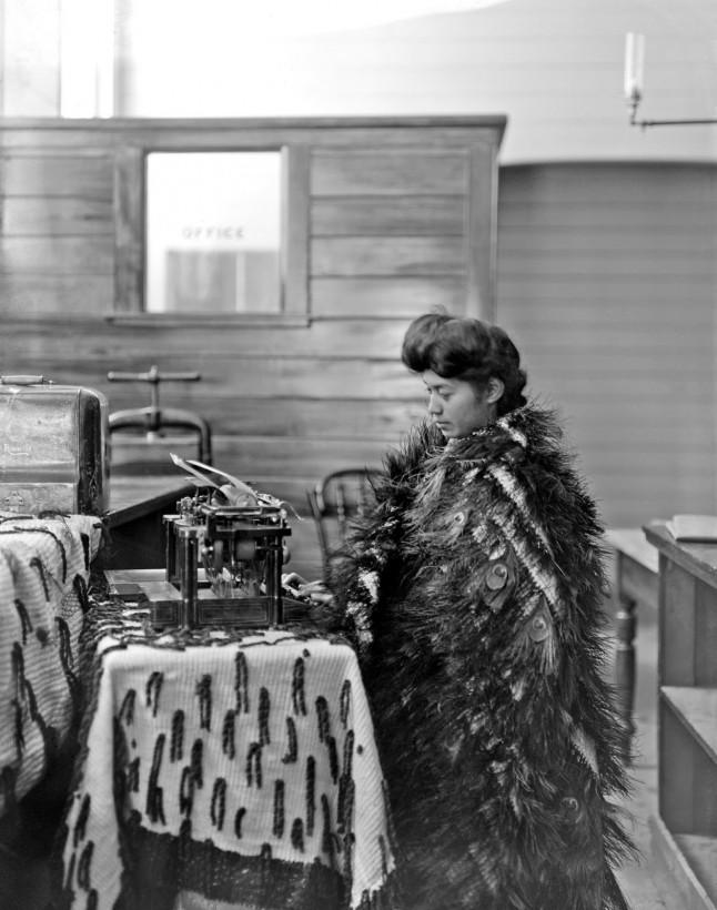 femme-maori-machine-ecrire