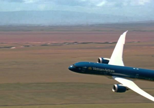 Un Boeing 787-9 Dreamliner décolle à la verticale