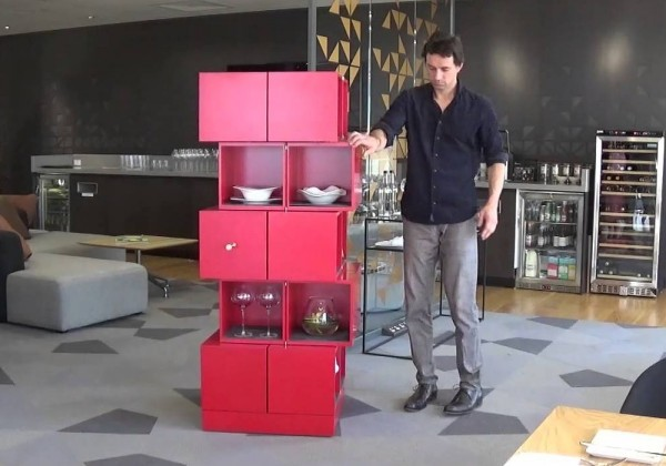 Une étagère de cubes qui se révèlent à l'ouverture