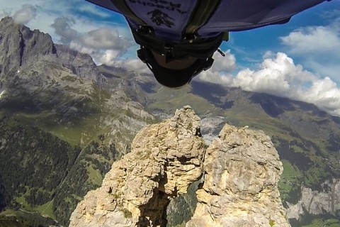 De la wingsuit dans un petit trou dans une montagne
