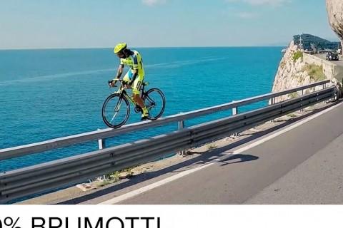 Il roule en vélo n'importe où et fait des trucs bizarres