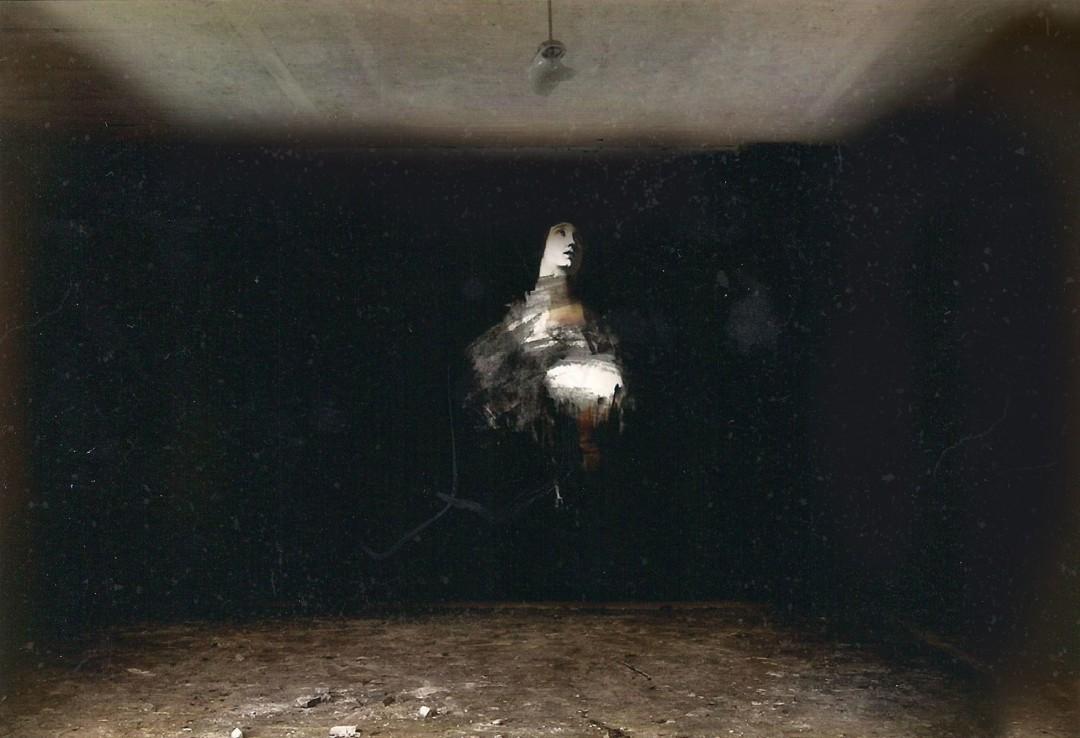 ombre-peinture-barique-abandonee-05