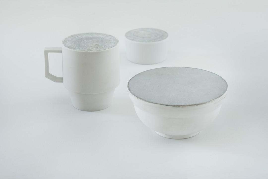 Un Sol De Vaisselle De Porcelaine Blanche