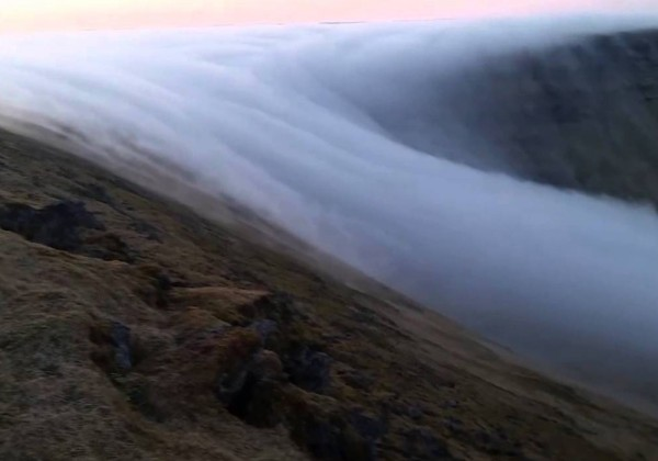 Une cascade de brouillard en Islande