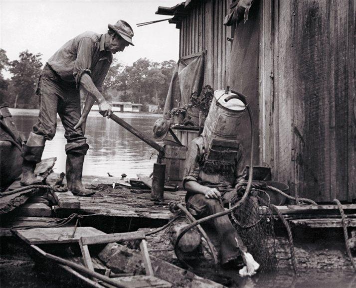 Mississippi River pearl diver cargas tank for helmet 1938