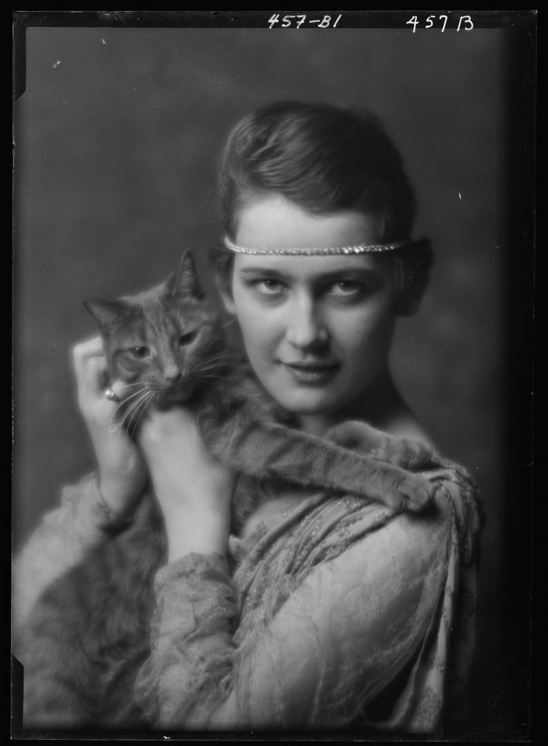 19-arnold-genthe-buzzer-chat-Holch-Anna