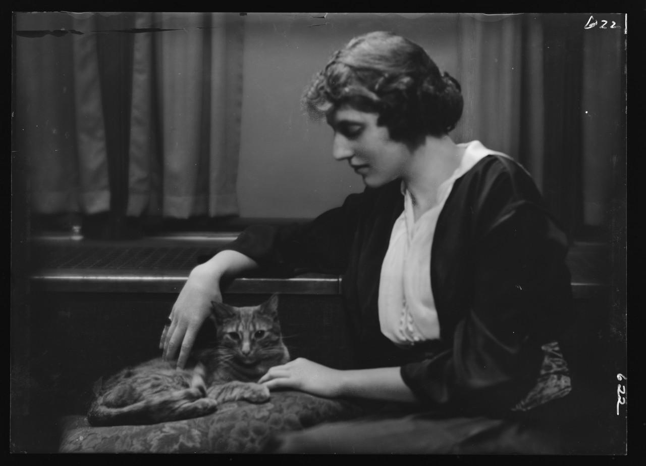 26-arnold-genthe-buzzer-chat-Bartlett-Eleanor