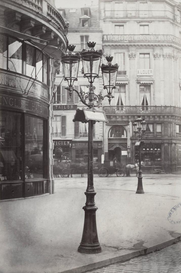 Lampadaire_Paris_Charles_Marville_Bouquet_à_3_branches_avec_Inscription_des_noms_des_rues_1878