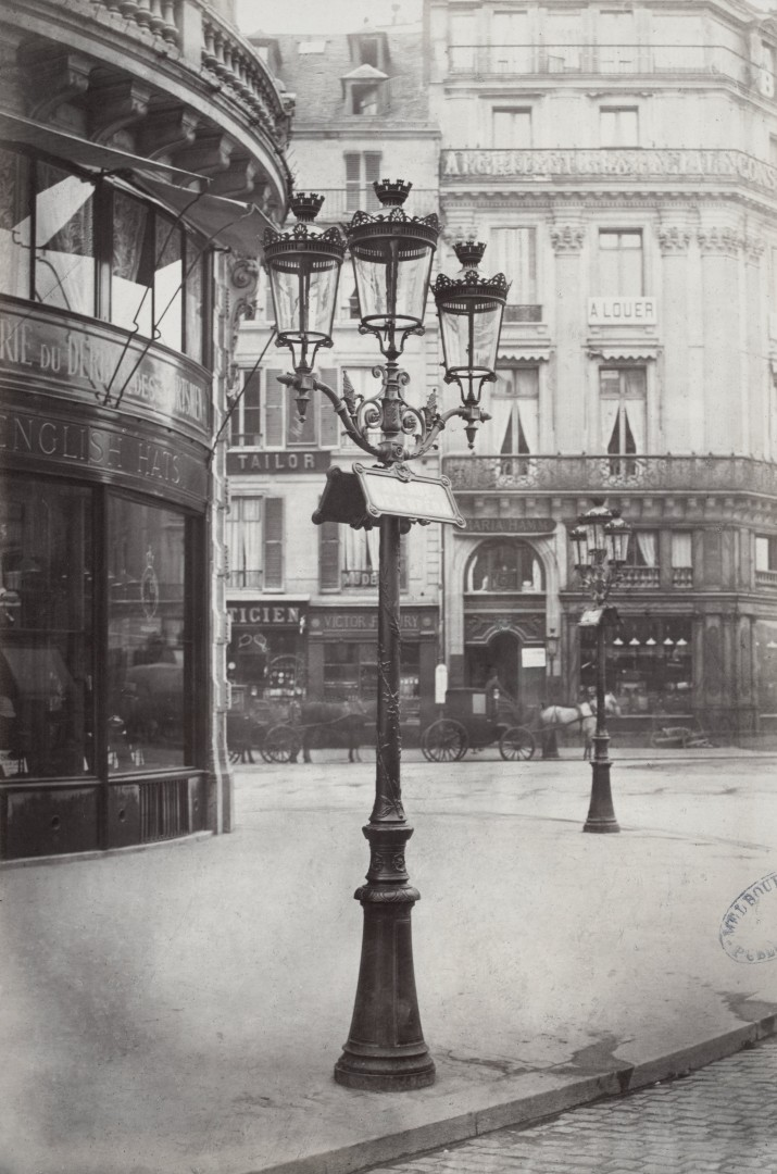 Lampadaire_Paris_Charles_Marville_Bouquet_à_3_branches_avec_Inscription_des_noms_des_rues_1878